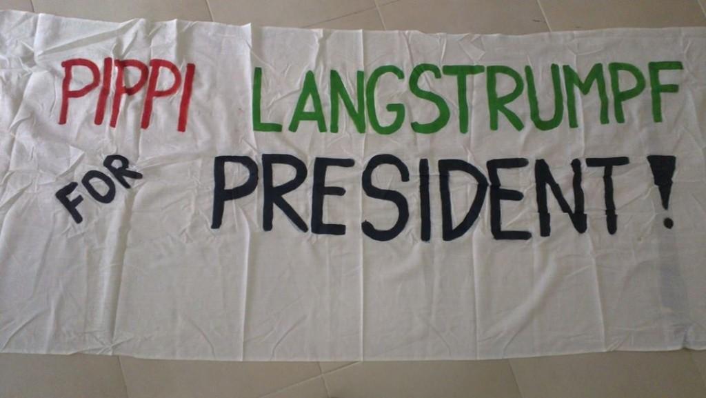 "handgeschriebenes Transparent mit Aufschrift ""Pippi Langstrumpf for president"""