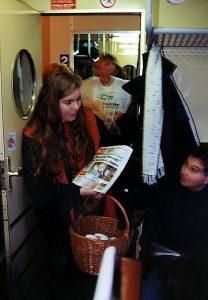 """Brigid Weinzinger verteilte heute vormittag im Rahmen der Kampagne """"Ostregion ohne Stau"""" Krapfen, Kaffee sowie aktuelle Zeitungen an Fahrgäste auf insgesamt sieben S-Bahn-Strecken. Bild: APA OTS/Die Grünen."""
