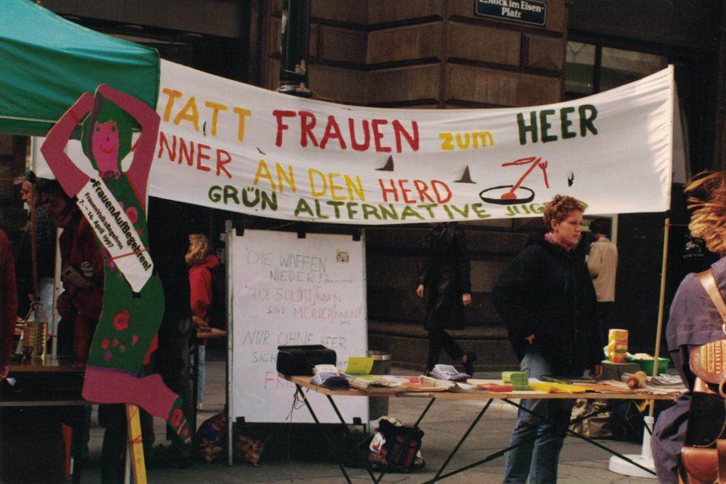 Statt Frauen zum Heer Männer an den Herd. Aktion der Grünalternativen Jugend.